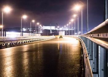 Ночные огни: строители тестируют освещение автотрассы на Крымском мосту