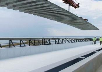 Строители уложили первые рельсы на Крымском мосту