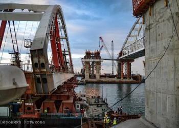 Автодорожная арка Крымского моста поднята на высокопрочные тросы